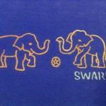 サッカーをするぞうさんイラストTシャツ青